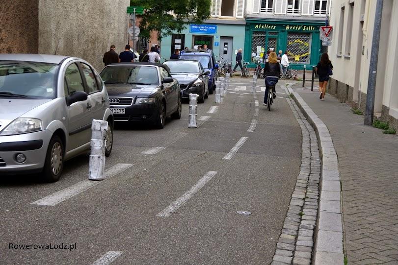 Kosztem jednego pasa ruchu dla samochodów uzyskano dwukierunkową drogę dla rowerów.