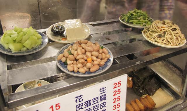 小菜擺放在櫥窗裡一目瞭然又衛生-世紀小吃店