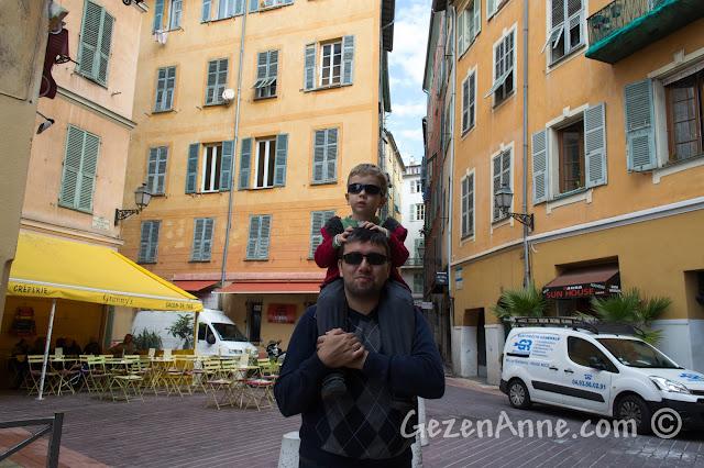 Nice'te eski şehrin (Vieux Nice) sokaklarında