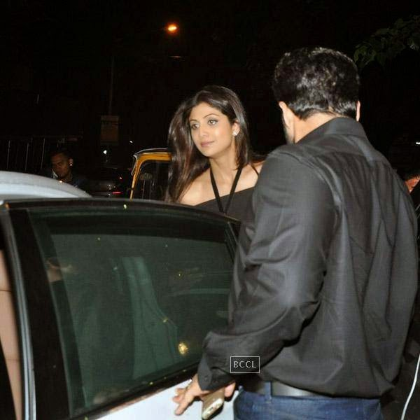 Shilpa Shetty and Raj Kundra snapped out side restaurant Lido, in Mumbai. The actor was joined by Bipasha Basu and Harman Baweja for a private dinner.(Pic: Viral Bhayani)