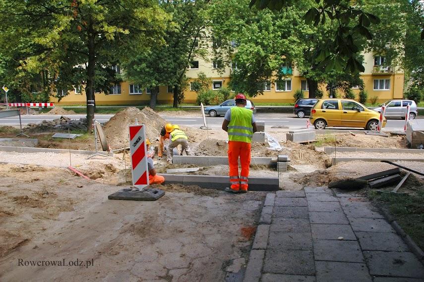 Trwa budowa przejazdu przez uliczkę wyjazdowa