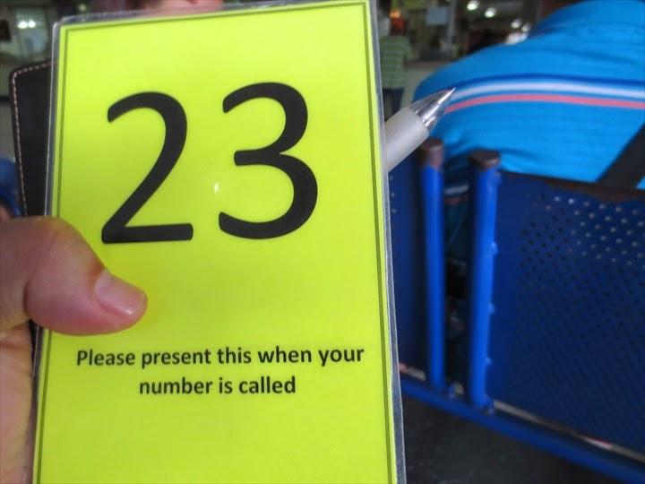 番号札をもらって待つ
