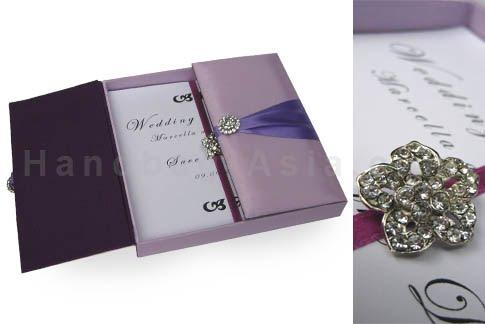 Invitación en caja elegante violeta