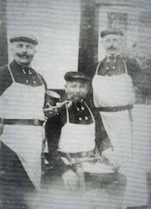 Bekannt als Hausschlachter in Bellenberg und Heesten: August Möller (links im Bild mit Fleisch-wolß. Seine Brüder Gustav und Leopold (letzterer mit Stopfmaschine) waren ebenfalls Hausschlachter. Das Bild wurde in Exter aufgenommen. August Möller ist 1960 gestorben. Foto: Archiv Wiemann