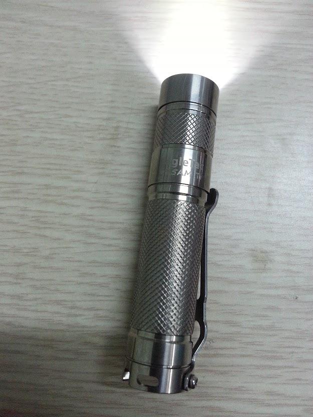 Trên tay đèn pin EagleTAC D25A, bản titanium limited