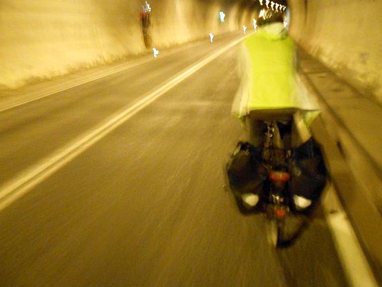 Radfahren im Tunnel am Arlbergpass, Österreich