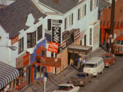 Группа Дорз впервые выступила в клубе «Лондонский туман», в то время как «Love» играет двумя дверями далее в «Whisky» (в фильме «Мондо бизарро»)