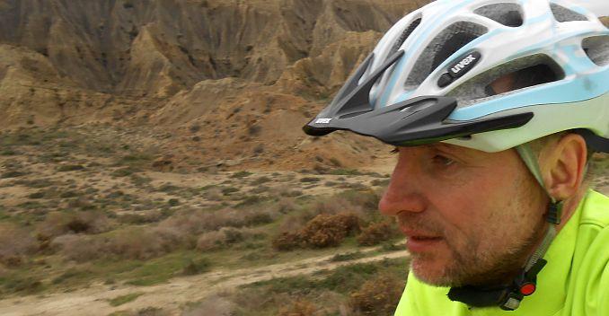 Chris on the Bike mit uvex-Helm an der marokkanischen Küste bei Ait Taabane