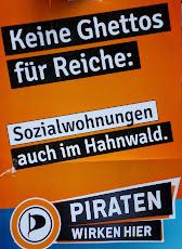 Wahlplakat: »Keine Ghettos für Reich: Sozialwohnungen auch im Hahnwald. Piraten wirken hier«.
