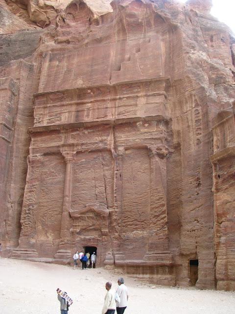 Петра. На переднем плане бедуинский ребёнок втюхивает туристам открытки