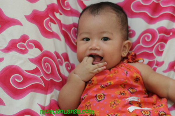Gambar Bayi Makan Tangan