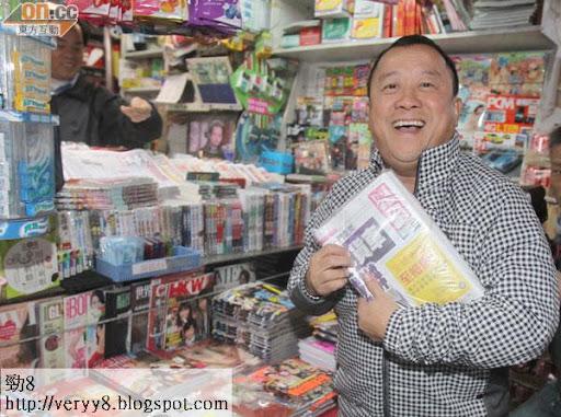 曾志偉買報紙追看自己的新聞。