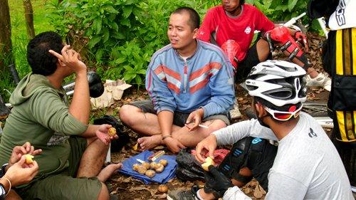 GowesJelajah Cangar kali ini benar-benar piknik. Ada peserta yang bahkan membawa bekal kentang rebus dari rumah. Tapi, apapun bekalnya pasti akan lebih nikmat jika disantap bersama :)