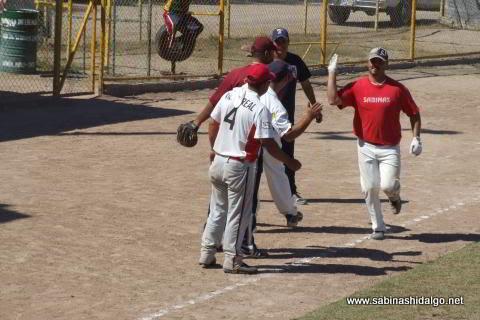 Rodrigo Chapa de Tigres en el softbol dominical
