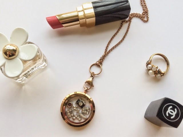 charm-necklace-chanel-lipstick-marc-jacobs-daisy