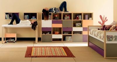 habitación juvenil con cama compacta,estantería y mesa de estudio
