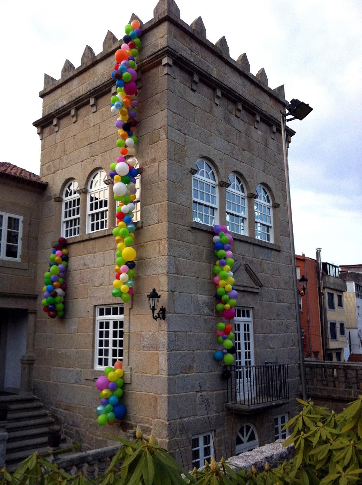 esta es la torre con las guirnaldas de globos