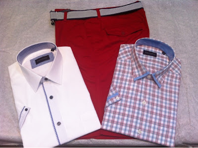 Camisas manga corta con vivos en los cuellos, pantalón rojo