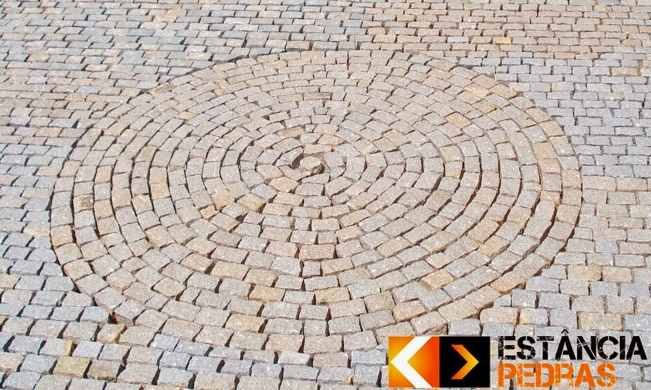 Calçamento de Paralelepípedo em Turvo (região) Construído com Mão de Obra da Estância Pedras