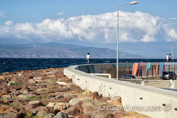Bursa, Trilye limanında mendirek üzerinde yürürken