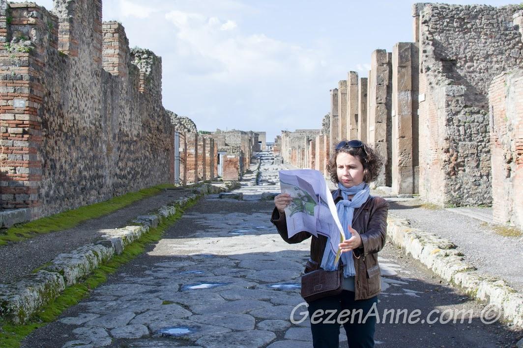 Pompei sokaklarında yürürken