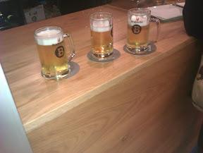 Cerveza servida en el mercado de san anton