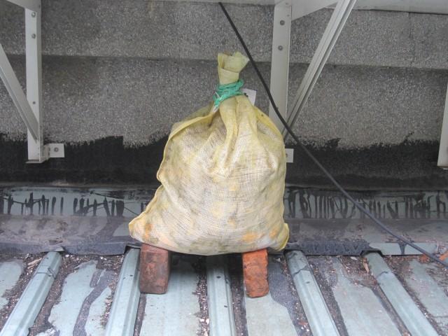 麻布袋堆肥-放置屋簷下