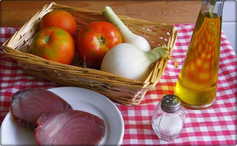 Ingredientes ensalada de tomate y bonito