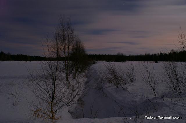Maastossa keskiyöllä