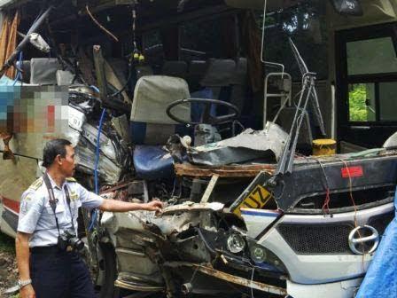 Berita foto dan Video Sinar Ngawi hari ini: Petugas dari dinas Perhubungan provinsi Jatim melakukan olah TKP terkait kecelakaan atara bus dan truk