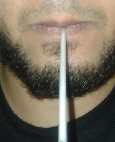 memasukan sedotan ke mulut, dengan posisi bibir seperti langkah #1 huruf M