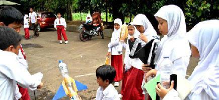 Sejumlah siswa mempraktekkan cara peluncuran roket air di SD Insan Kamil, jalan raya Dramaga, Kota Bogor, Jabar, Kamis (24/2).