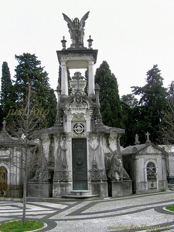 Склепы португальской знати на кладбище Празереш