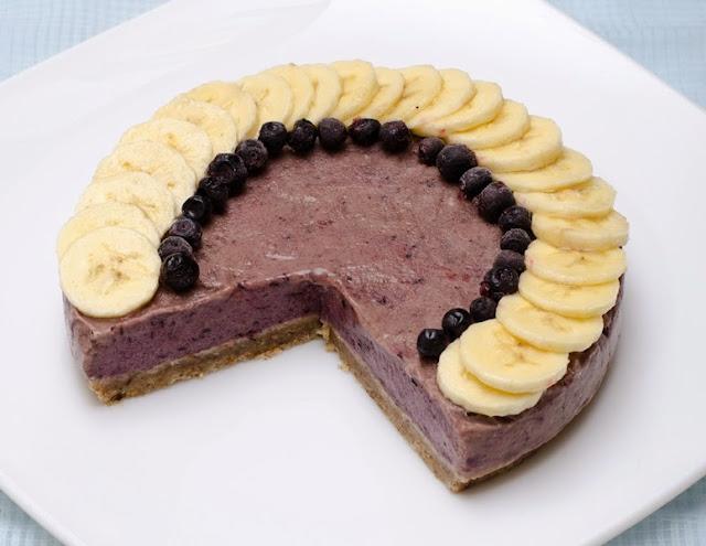 Tort raw vegan cu banane si afine