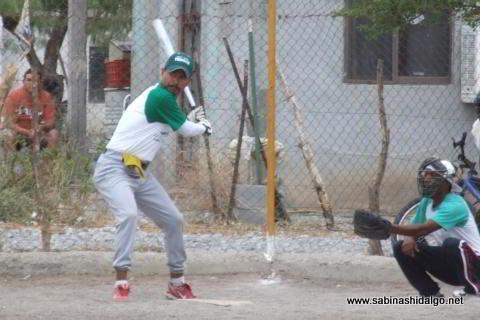 Juan Valle bateando por Perrones en el softbol del Club Sertoma
