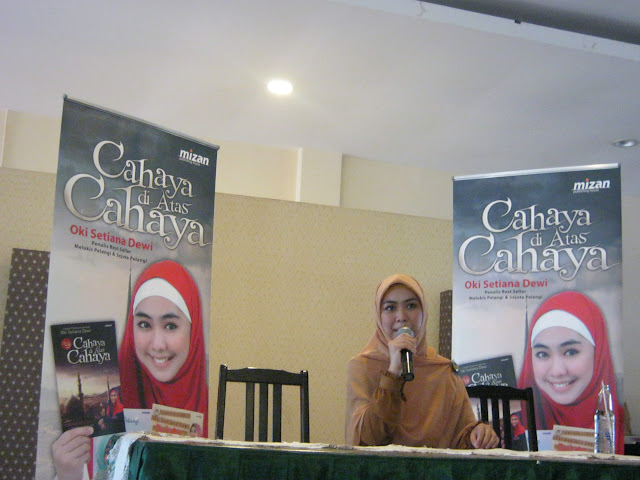 Oki Setiana Dewi Pada Press Conference Buku Cahaya diatas Cahaya