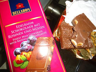 Chocolate con nata con uvas pasas y avellanas Bellarom. Foto:Está delicioso * Prohibido su uso y reproducción * www.esta-delicioso.blogspot.com