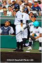 先頭打者本塁打は放ち原田監督に笑顔で迎えられる井沢選手