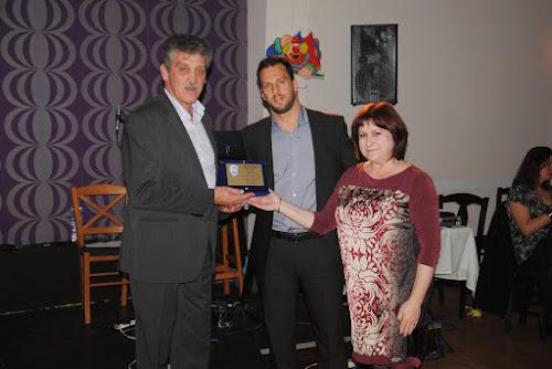 Ο πρόεδρος του συλλόγου Δ. Ρεπάσος και η κ. Τριανταφύλλου βραβεύουν τον Κώστα Κούστα, αθλητή και στη συνέχεια προπονητή του τμήματος Volley