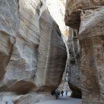 道の両脇は高さ100M近い岩の壁
