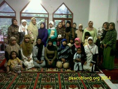 Berfoto bersama peserta Sekolah Ibu RW 02 Dago