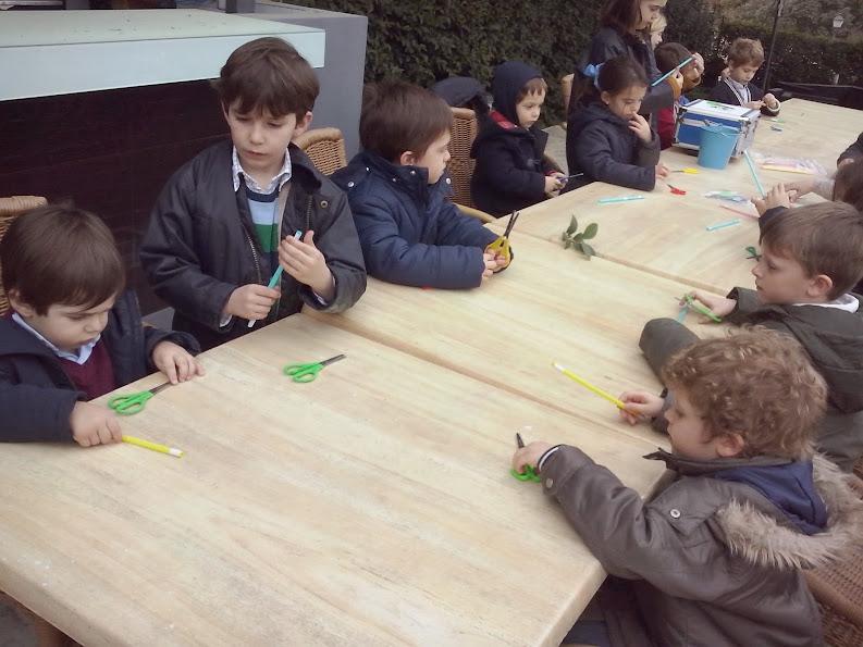 niños haciendo varita mágica