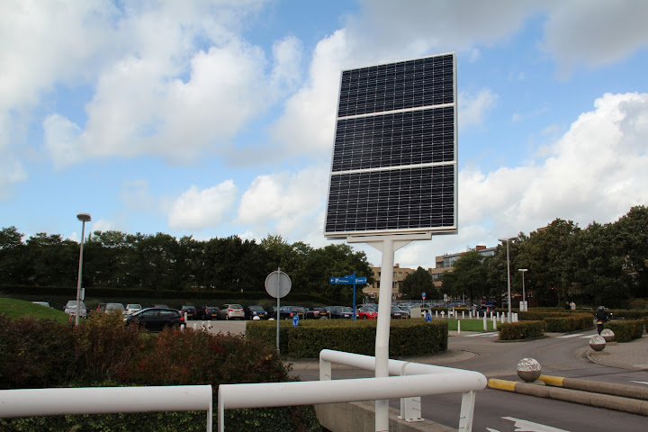 Paal met zonnepanelen - Bronovo Den Haag