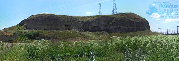 Cerro de la magdalena con la cueva en su base