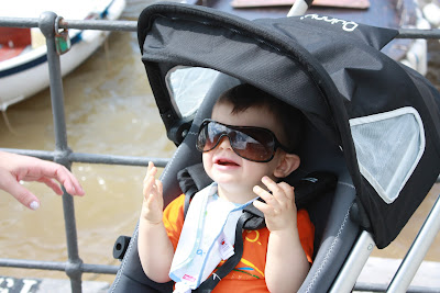Guilherme a roubar os óculos à mãe