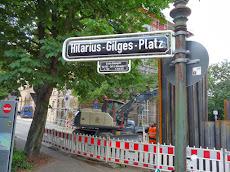 Baustelle mit Straßenschild: »Hilarius-Gilges-Platz«.