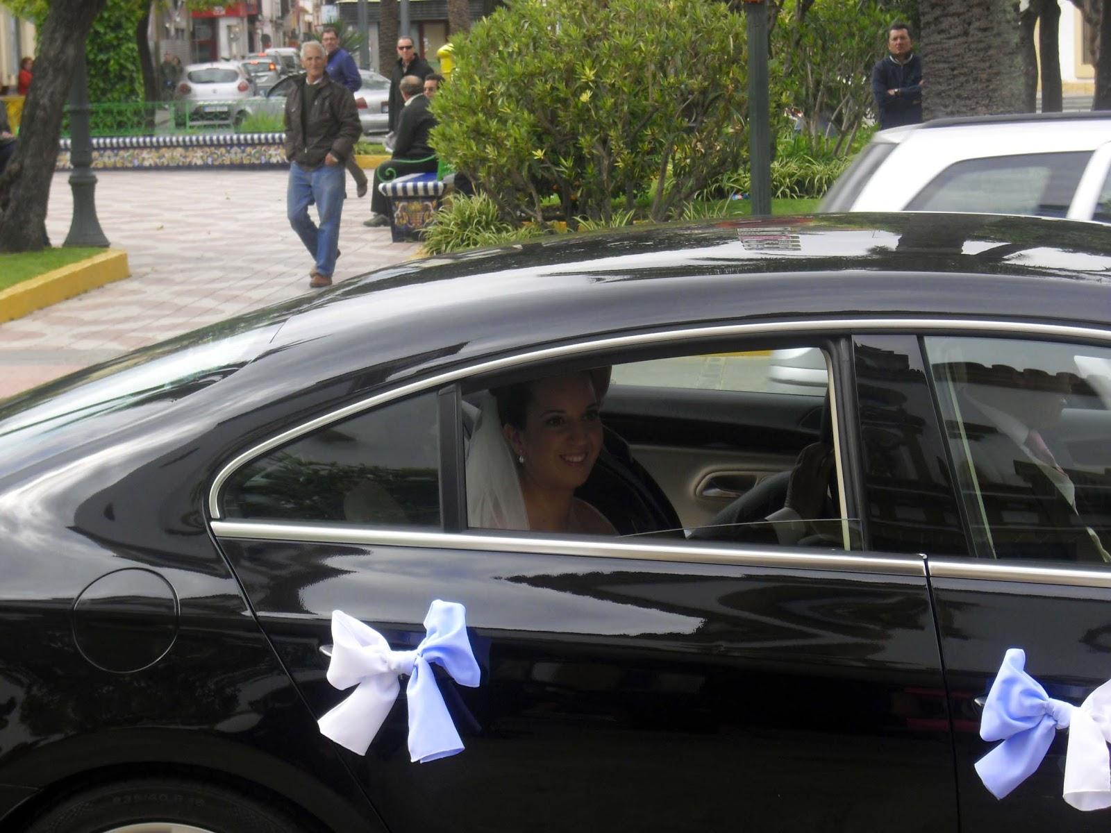 Coches de novios simple puertas con rosa blanco roto y lazo de tul with coches de novios - Decoracion coche novia ...
