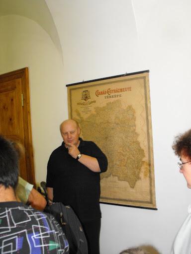 Az egykori Csanád egyházmegye térképe előtt mesél az idegenvezetőnk.