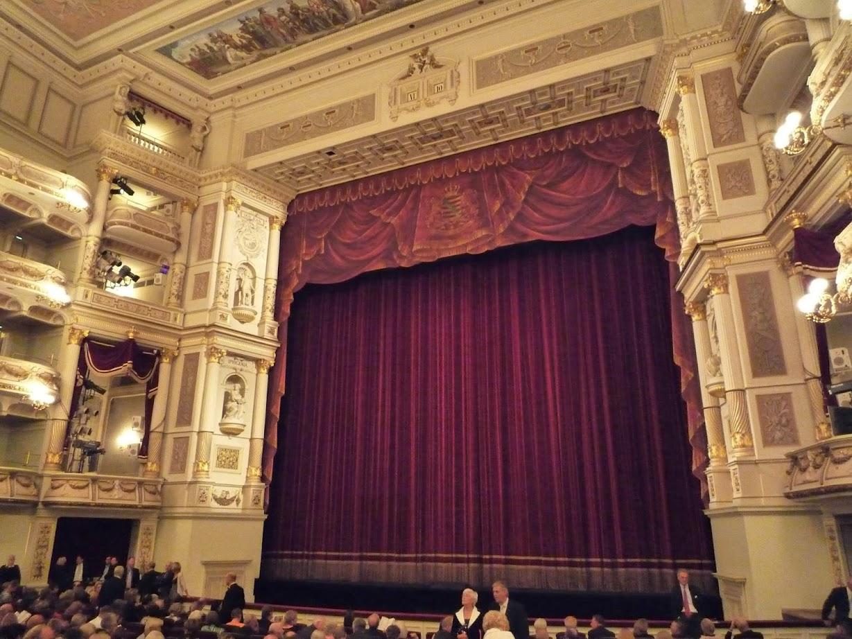Semperoper Dresden Zuschauerraum mit Blick auf den Vorhang vor der Vorstellung