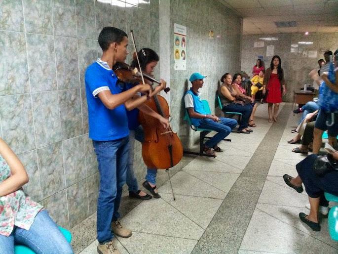 Un dúo de violín y chelo del Núcleo Vista al Sol, animó la espera de los pacientes de la Clínica Primero de Mayo de San Félix, estado Bolívar